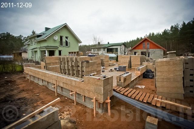 Namo statyba nuo pamatų - blokelių dėjimas ant pamatų